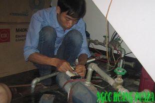 Thợ sửa máy bơm nước ngày tết